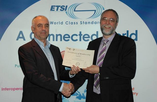 Петър Статев (вляво) беше избран за вицепрезидент на институт за телекомуникационни стандарти (ETSI)
