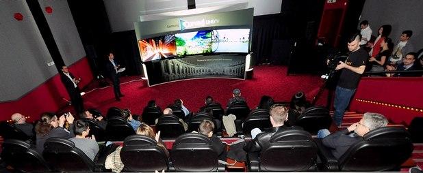 Извитият дизайн създава балансирана и уеднаквена дистанция на зрителя от екрана