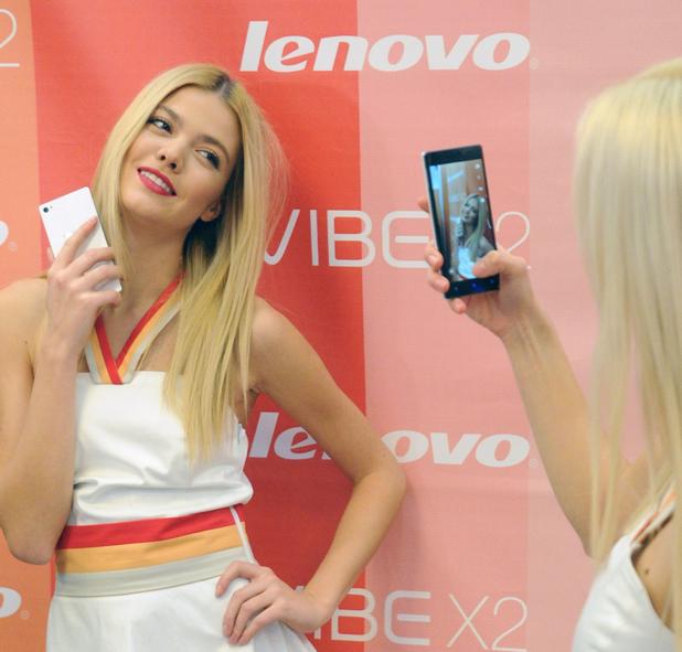 Топ модели от Ivet Fashion се забавляваха със селфи функцията на Vibe X2