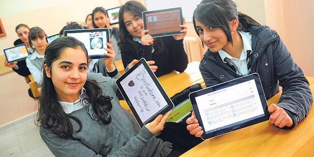 42 хиляди училища в Турция ще заменят учебниците с таблети