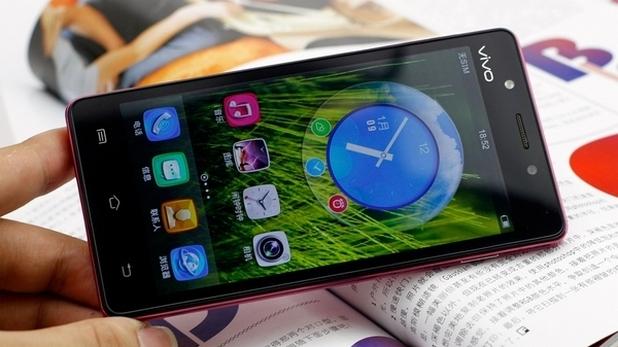 Сензорният 4,5-инчов екран с технология IPS поддържа резолюция 540х960 пиксела (формат qHD)