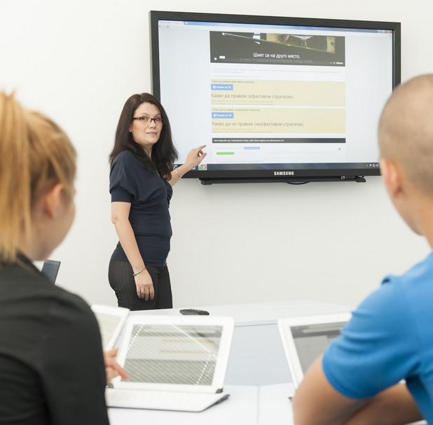 """Класната стая в 23 СОУ """"Жолио Кюри"""" разполага с 26 работни места, оборудвани с таблети, сензорна е-дъска, телевизор и лаптоп"""