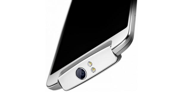Потребителят може да прави лесно автопортрети, използвайки 13 MP сензор, обектив f/2.0 с шест лещи и двойна светодиодна светкавица