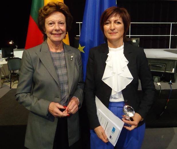 Вицепрезидентът на Европейската комисия и еврокомисар по дигиталната политика Нели Круз връчи на Саша Безуханова, председател на Български център за жените в технологиите, престижната награда Digital Woman Award за 2013 г.