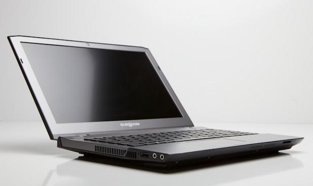 Лаптопът предоставя 13,3-инчов екран с резолюция Full HD (1920x1080 пиксела) и контраст 700:1