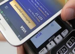 Потребителите могат да използват приложение за мобилно банкиране, за да управляват своите финанси и да извършват безконтактни разплащания