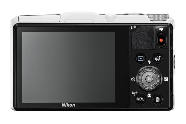 Coolpix S9700 предоставя 3-инчов дисплей, тежи 232 грама и има размери 109,6x63,5x34,5 мм