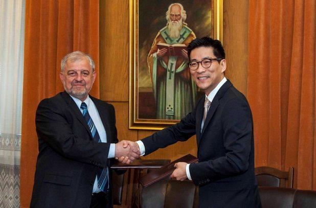 Крис Чънг, изпълнителен директор на Samsung Electronics за България, и проф. д.и.н. Иван Илчев, ректор на Софийски университет, подписаха споразумението за партньорство