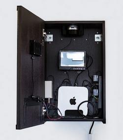 Вътре в SELFIE има камера, компютър Mac mini, светодиоди индикатори и говорител