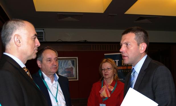 Петър Статев, вицепрезидент на Европейския институт по телекомуникационни стандарти (вляво), обсъжда бъдещето на интернет в България  със зам.-министъра на транспорта, информационните технологии и съобщенията Георги Тодоров
