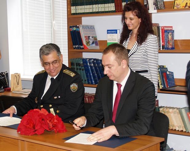 """Проектът """"InfoStart"""" започна с подписване на споразумение за сътрудничество между """"Информационно обслужване"""" АД и Висшето военноморско училище """"Н. Й. Вапцаров"""""""