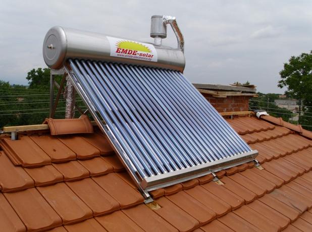 В топлите месеци на годината вакуумните слънчеви колектори обезпечават дома до 100% с нужната гореща вода (снимка: ЕМДЕ Солар)