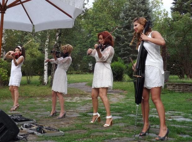 """Момичетата от квартет """"Стрингс"""" свириха прекрасно на празника на Quality House"""