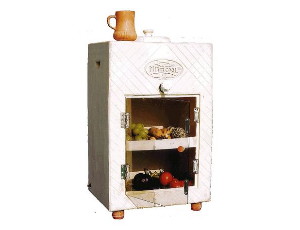 """Новият """"изпарителен хладилник"""" има прозрачна пластмасова врата, през която се вижда както има вътре"""