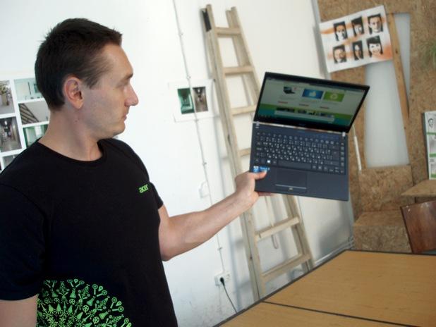 Васил Василев, мениджър продажби в Acer за България, показва новия 14-инчов ултрабук с карбонов капак и шаси от алуминиево-магнезиева сплав