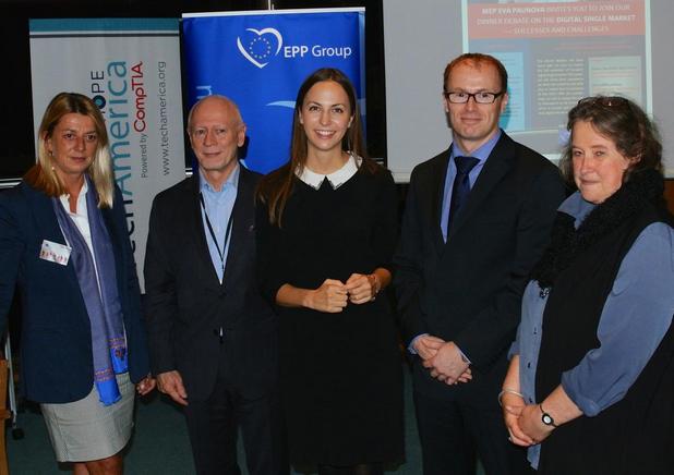 Ева Паунова (в средата) организира и води дискусия в Брюксел за единния цифров пазар в ЕС, в която участва евродепутати и представители на бизнеса и неправителствения сектор
