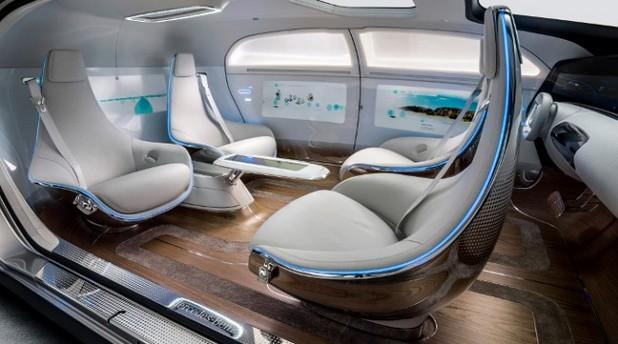 Пътуващите във F015 Luxury in Motion могат да седят едни срещу други и да общуват безпроблемно