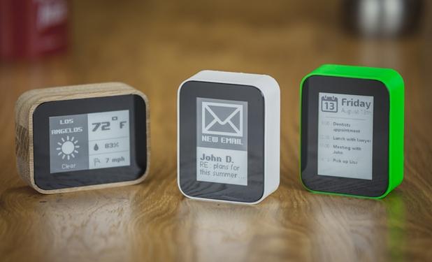 Displio ще се доставя в пластмасов корпус със седем различни цвята, както и в един специален вариант с дърво