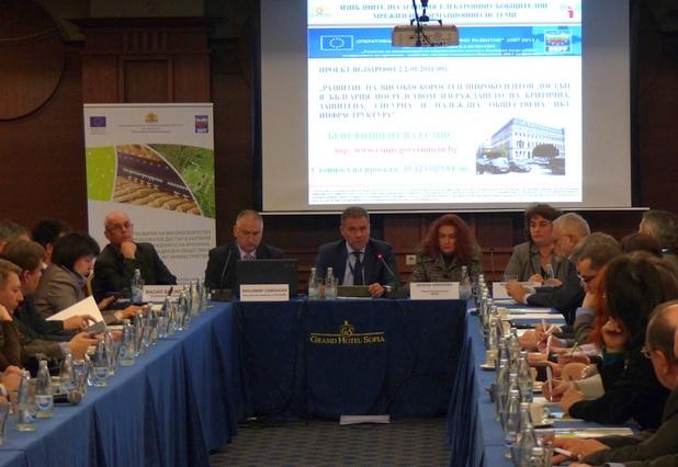 Достъпът на едро до оптичната мрежа ще бъде предоставян за период не по-малко от 7 години, заяви Красимир Симонски (вляво), директор на ИА ЕСМИС
