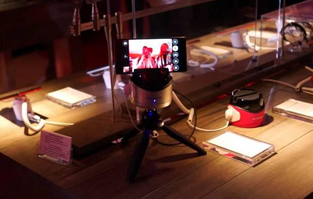 """С помощта на """"умния"""" статив можем да си правим селфи, панорамни снимки и видео от различни зрителни ъгли"""