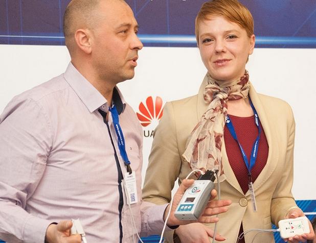Ивайло Дачов и Ружица Гугуловска от Checkpoint Cardio показват системата за дистанционен мониторинг