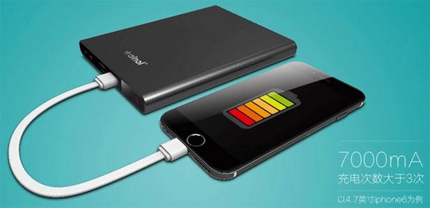Вградена батерия с капацитет 7000 мАч позволява зареждане на смартфони и таблети