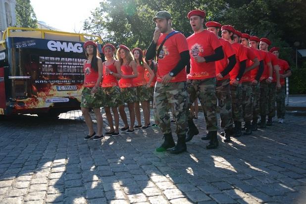 """Специален екип от актьори и промоутъри ще се придвижва с Fire Bus в София и ще забавлява столичани по време на кампанията """"Революция в цените"""""""