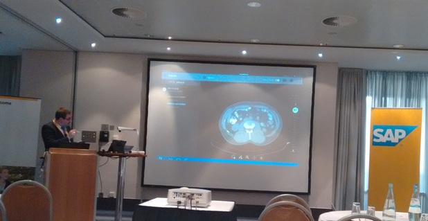 Йордан Илиев, ИТ директор на Националната онкологична болница, демонстрира мобилното приложение Smart DI по време на SAP конференция във Франкфурт