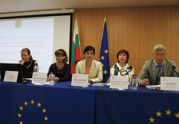 """""""Българският фонд за жените работи за овластяването на жените"""", заяви изпълнителният директор на фонда - Надежда Дерменджиева (вляво)"""