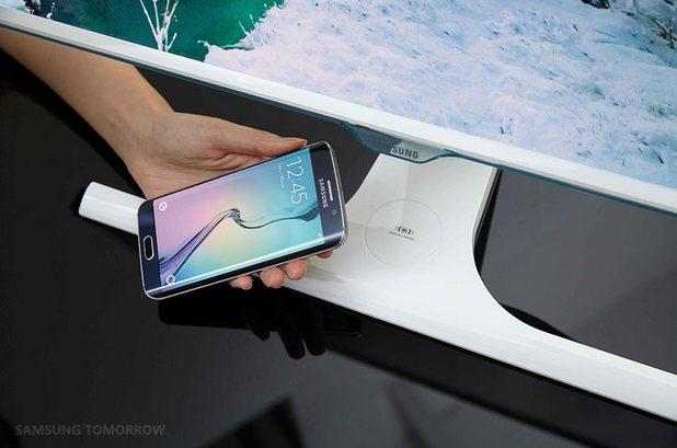 Новият монитор имат специална повърхност, на която потребителят поставя за зареждане своето мобилно устройство (снимка: samsungtommorow.com)