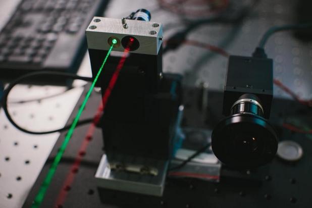 Лазерните лъчи са видими единствено за целите на демонстрацията, уточнява Марк Зукърбърг