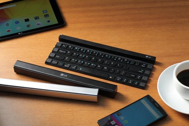 LG Rolly Keyboard се прегъва между четирите реда клавиши, за да се превърне в лесен за носене стик
