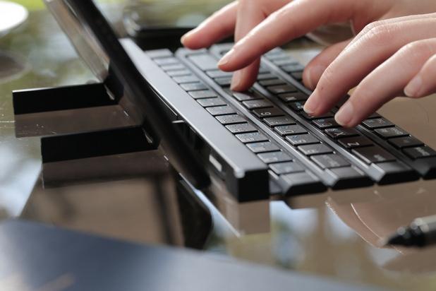 Две масивни напречни рамена се разгъват, за да поддържат телефоните и таблетите в изправено положение