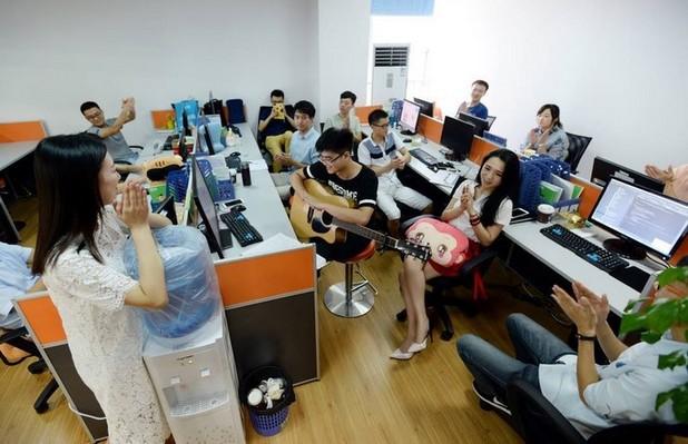 Красиви и забавни момичета създават настроение в мъжките колективи от програмисти в Китай