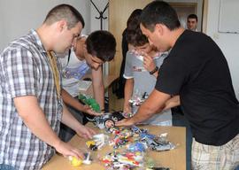 Отборите по роботика се състоят от три до пет ученика, на възраст от 10 до 16 години