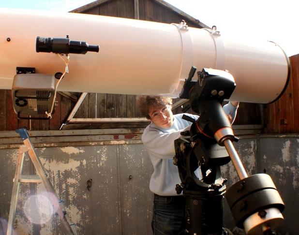 Александър Куртенков с 35-сантиметровия телескоп на студентската обсерватория на СУ близо до Плана (снимка: личен архив)
