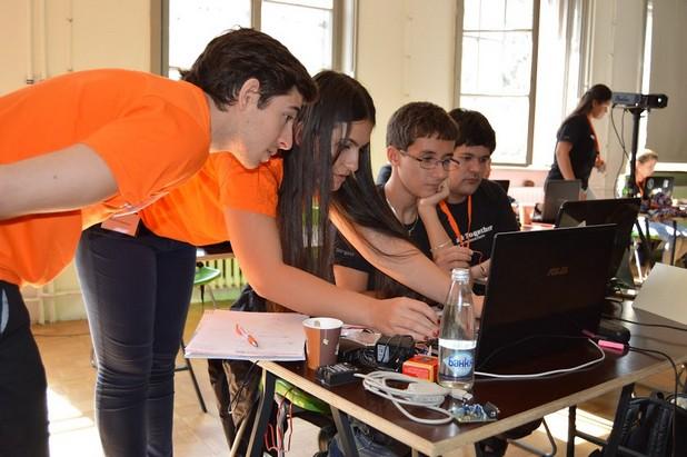 Ивелин Стоянов (в средата) и неговият отбор Robo Gaia спечелиха хакатона с проект за умно устройство за домашно земеделие