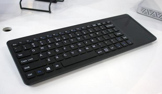 Вдясно на клавиатурата е разположен голям тъчпад, който поддържа управление с жестове