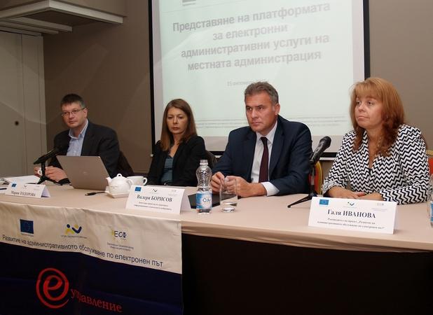 Зам.-министър Валери Борисов (в средата) призова общините да се интегрират към облачната инфраструктура на е-управлението