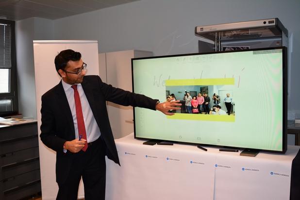 Сензорният екран позволява на служитули от различни отдели и офиси да пишат, чертаят и рисуват по таблото едновременно