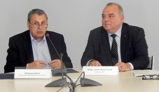 Божидар Данев (вляво) подчерта задълбочаващата се диспропорция между търсене и предлагане на квалифицирани специалисти (снимка: БСК)