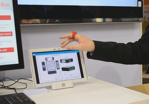 Интерактивният пръстен позволява работа с малък сензорен екран, без потребителят да го докосва