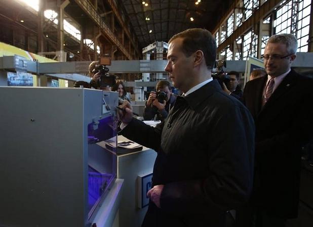 Дмитрий Медведев инспектира професионалната машина Алфа-2 (снимка: Станкопром)