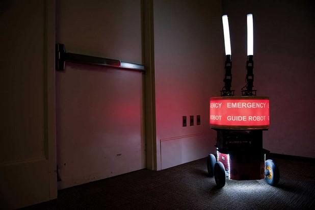 Роботът Pioneer P3-AT буди доверие, дори когато води хората в грешна посока