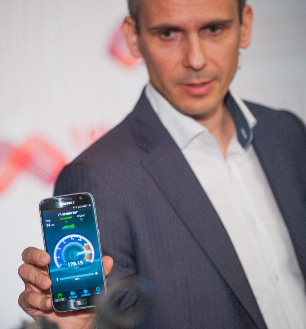 Деян Кастелиц, директор Технологии в Мтел, показва колко бърза може да бъде 4,5G мрежата на телекома
