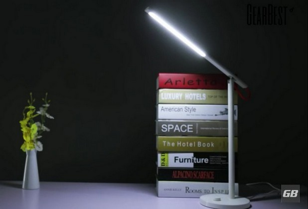 Дизайнът на смарт лампата е елегантен и минималистичен, без да нарушава по никакъв начин естетиката на работното място