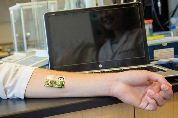 Миниатюрна платка и залепваща се татуировка позволяват лесно измерване на нивото на алкохол в ортанизма (снимка: ucsd.edu)
