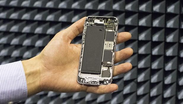 В бъдещите смартфони всички трансфери на данни ще се извършват през една цифрово-контролирана антена, дисплеите им ще станат по-големи (снимка: aalto.fi)
