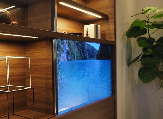 Вграденият прозрачен OLED телевизор показва картина, досущ като тази на съвременните телевизори