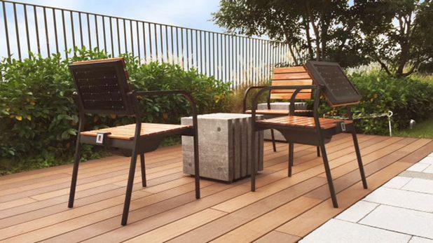 Соларният стол е идеален за използване в заведения, където предлага функция за зареждане на мобилни устройства